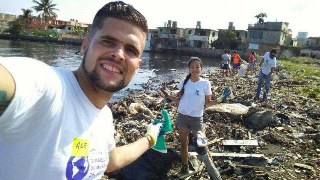 Jóvenes ambientalistas limpian el río Qibú en La Habana
