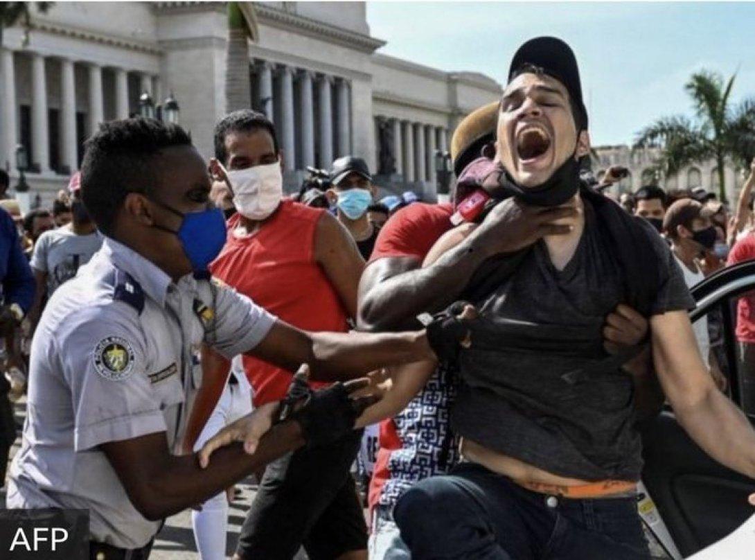 Un cubano es arrestado frente al Capitolio de La Habana.
