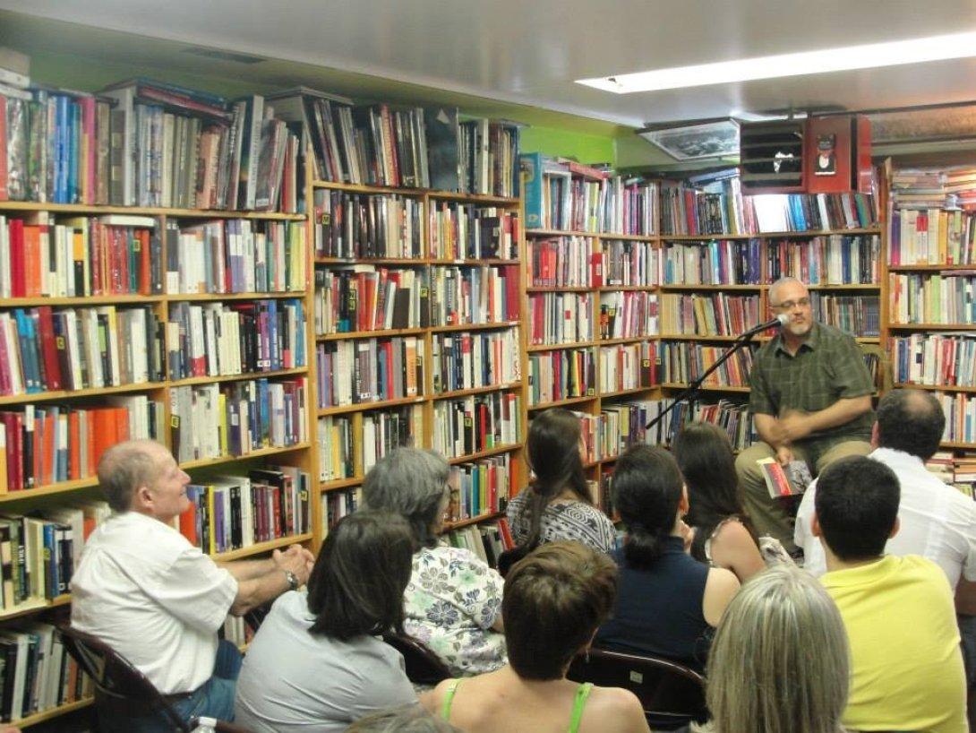 """Enrique del Risco en Madrid durante la presentación de su novela """"Turcos en la niebla"""", ganadora del premio """"Fernando Quiñones""""."""