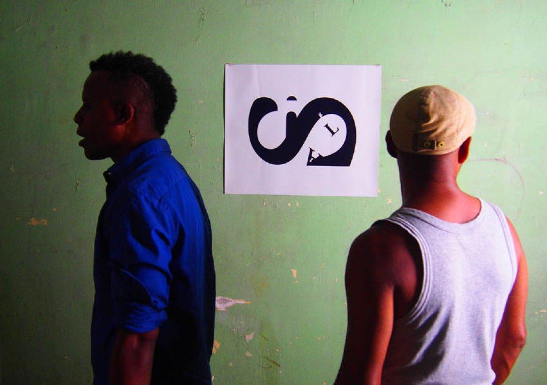 Visitantes a la Expo de poesía visual Desechos humanos