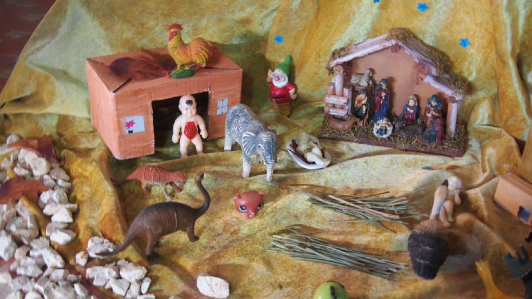 El improvisado Nacimiento de María Fernanda, con dinosaurios y otros juguetes