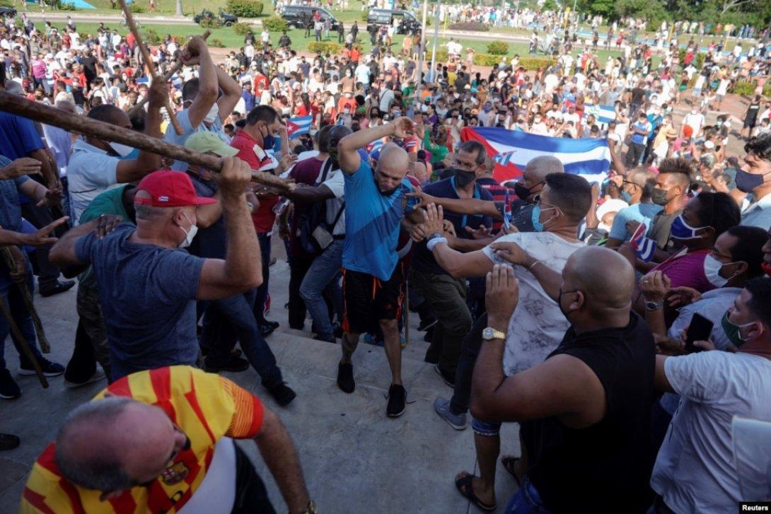 Represión del pueblo a palos en Cuba.