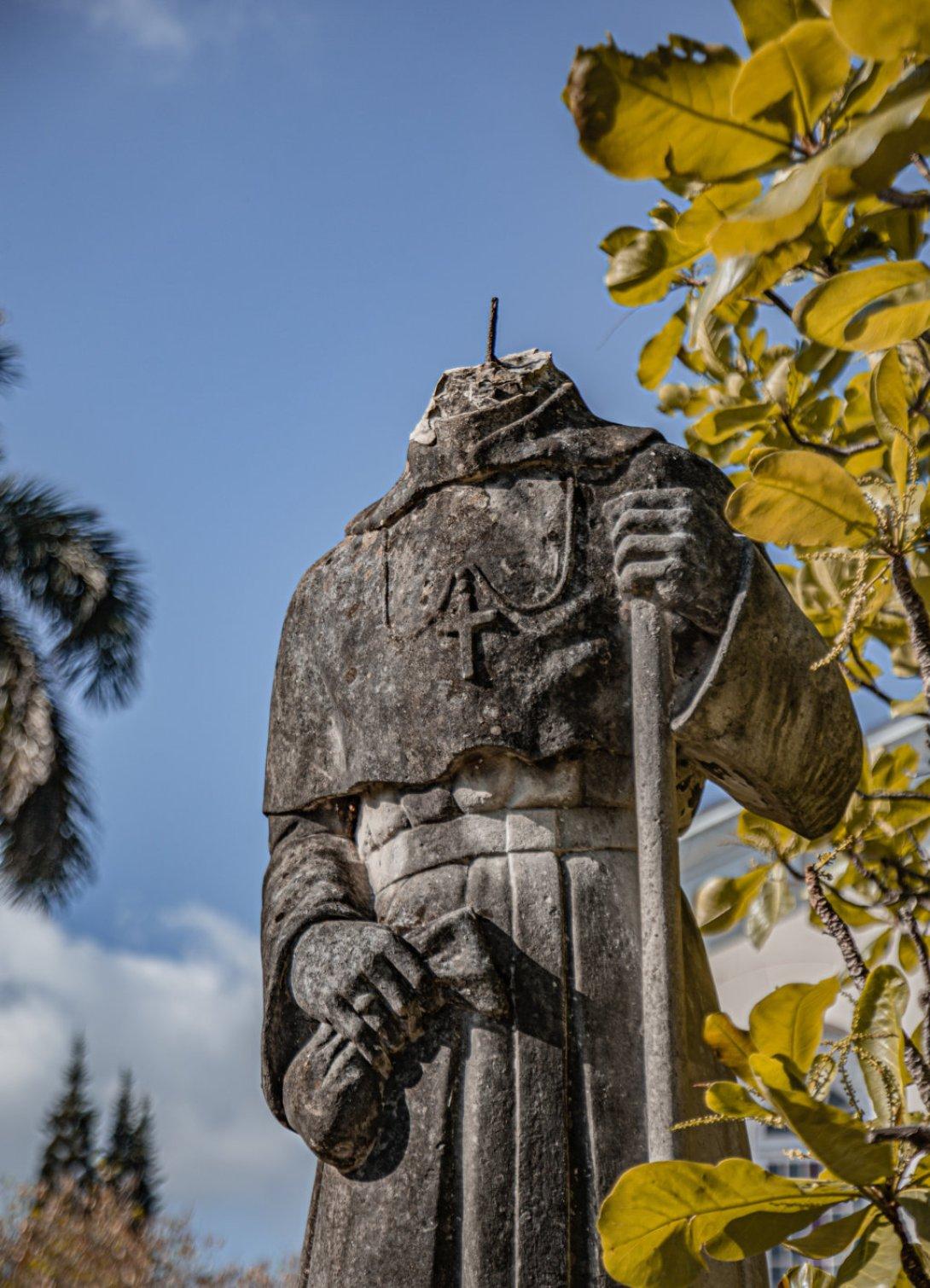 Estatua de Santo Tomás decapitada