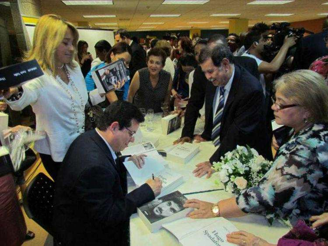 Amir Valle firmando libros Biblioteca Nacional de Panamá, 2013