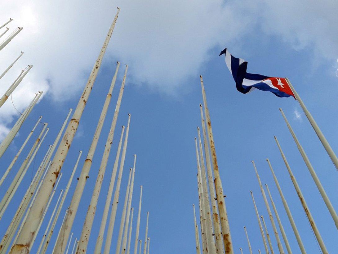 Astas sin banderas en La Habana