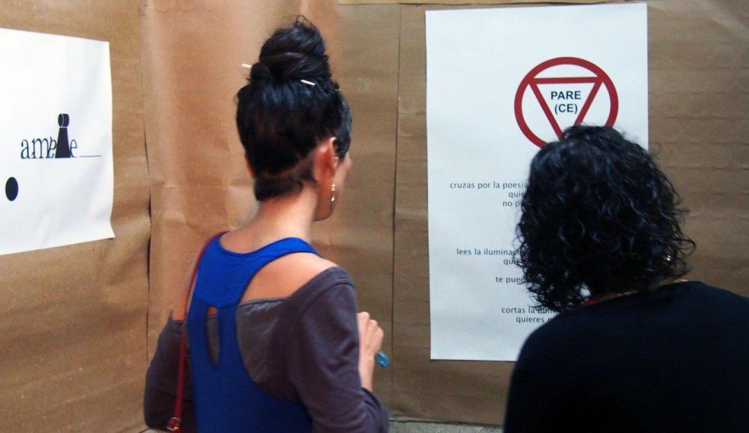 Público en la exposición de poesía visual de Francis Sánchez en La Habana, 2017