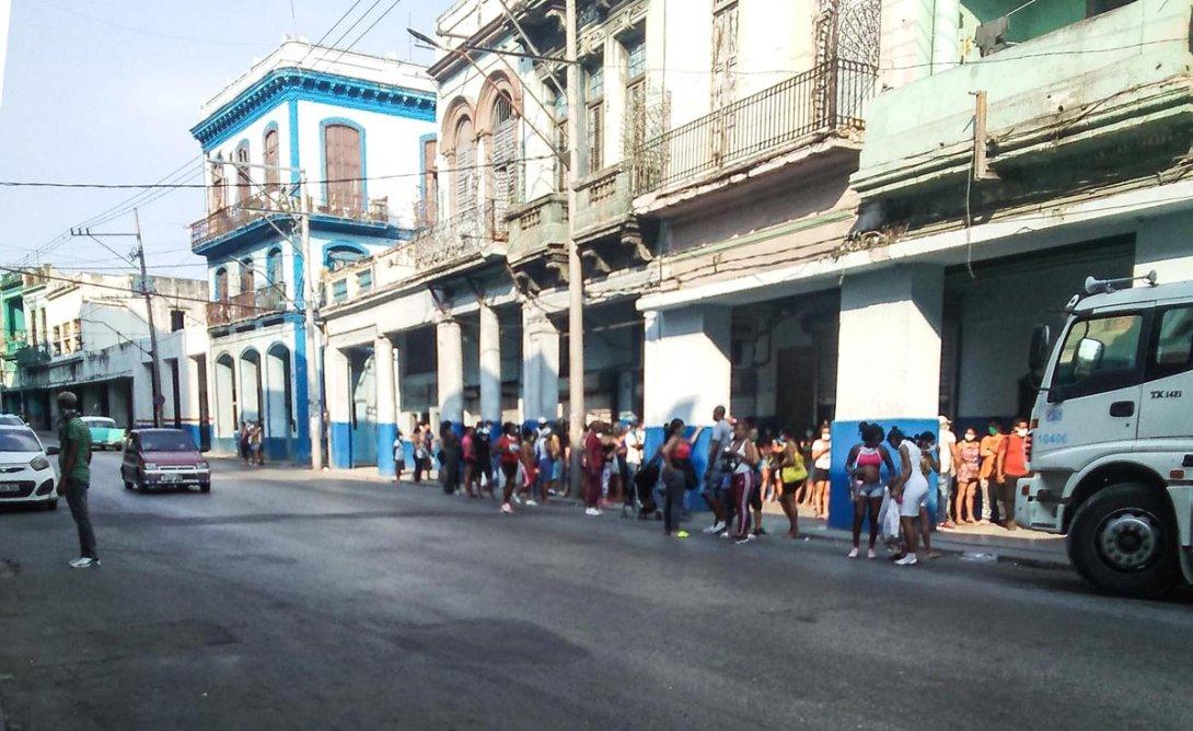 Esta semana continuaban las colas en diferentes supermercados de la Habana