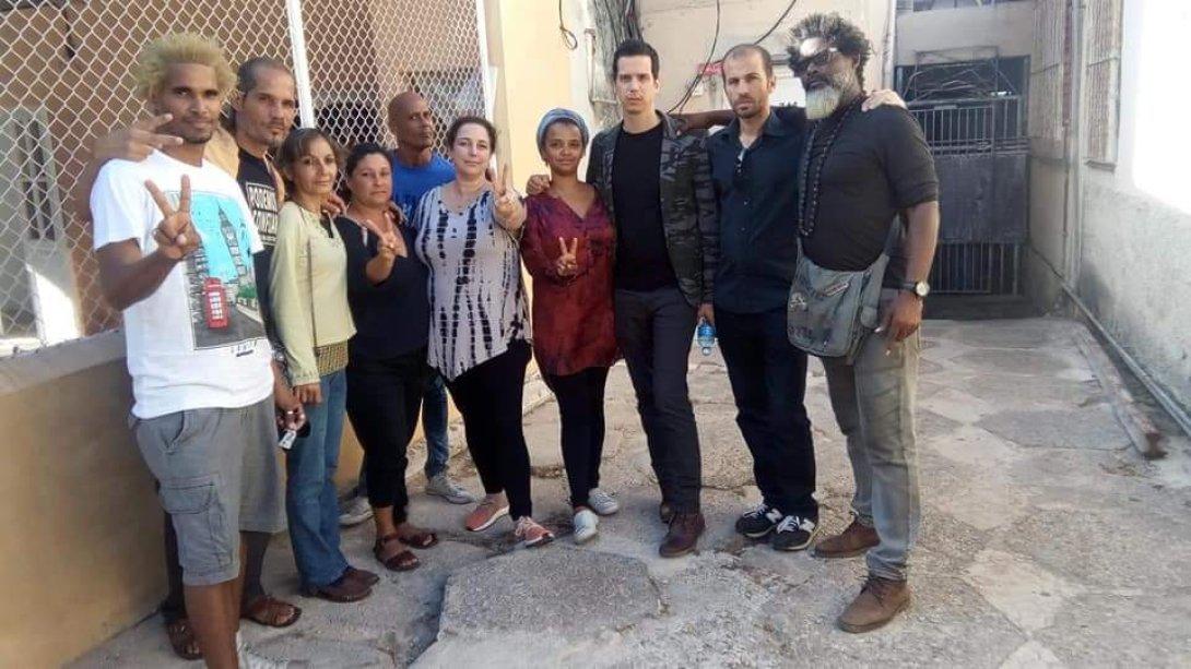 Tania Bruguera (al centro) con otros artistas cubanos.