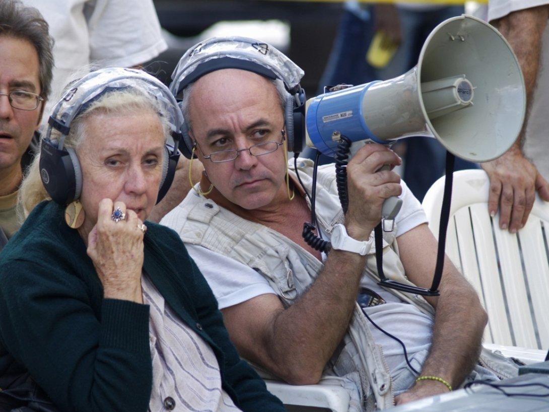 Juan Carlos Cremata y su madre, en la filmación de Contigo pan y cebolla.