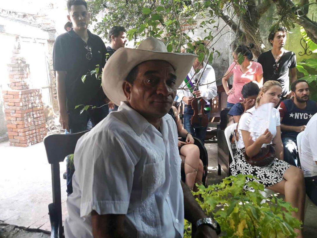 Ociel en la tertulia de homenaje a Guillén Landrián en casa de Rafael Almanza, Camagüey, Cuba