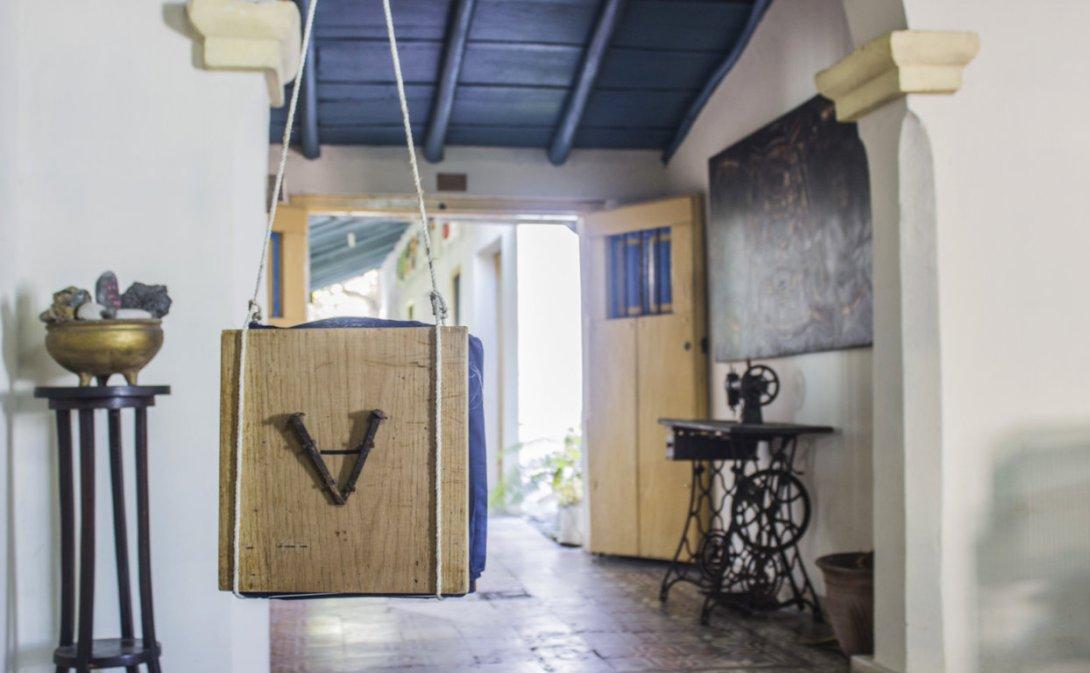 Instalación. Poema visual de Rafael Almanza en su propia casa.