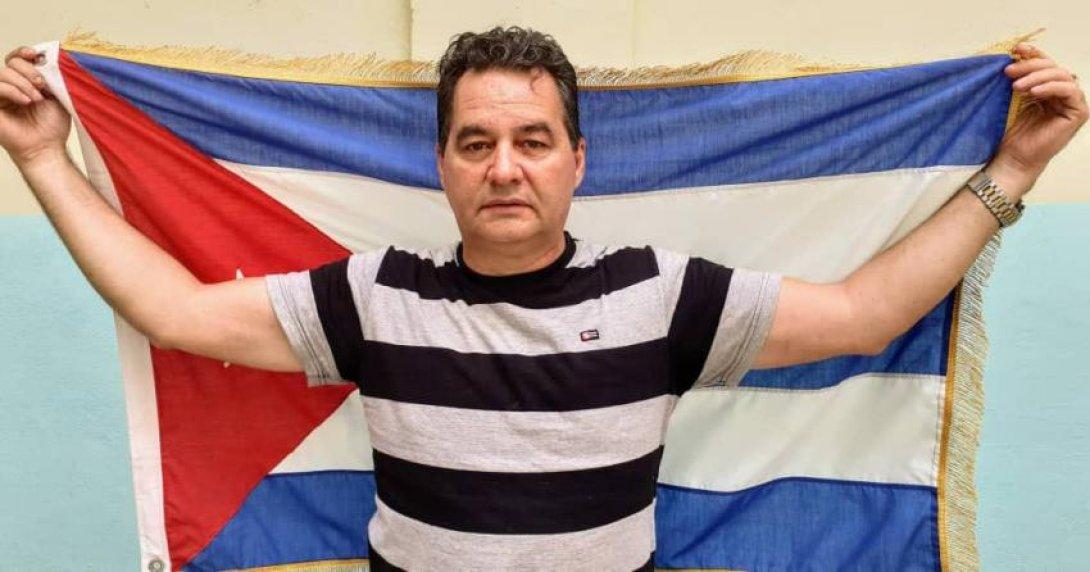 Ángel Santiesteban con la bandera cubana.