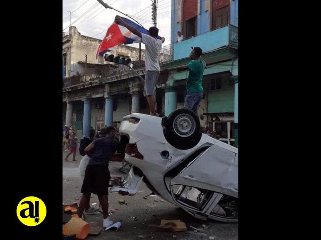 Foto símbolo de las protestas en Cuba. Patrulla volcada
