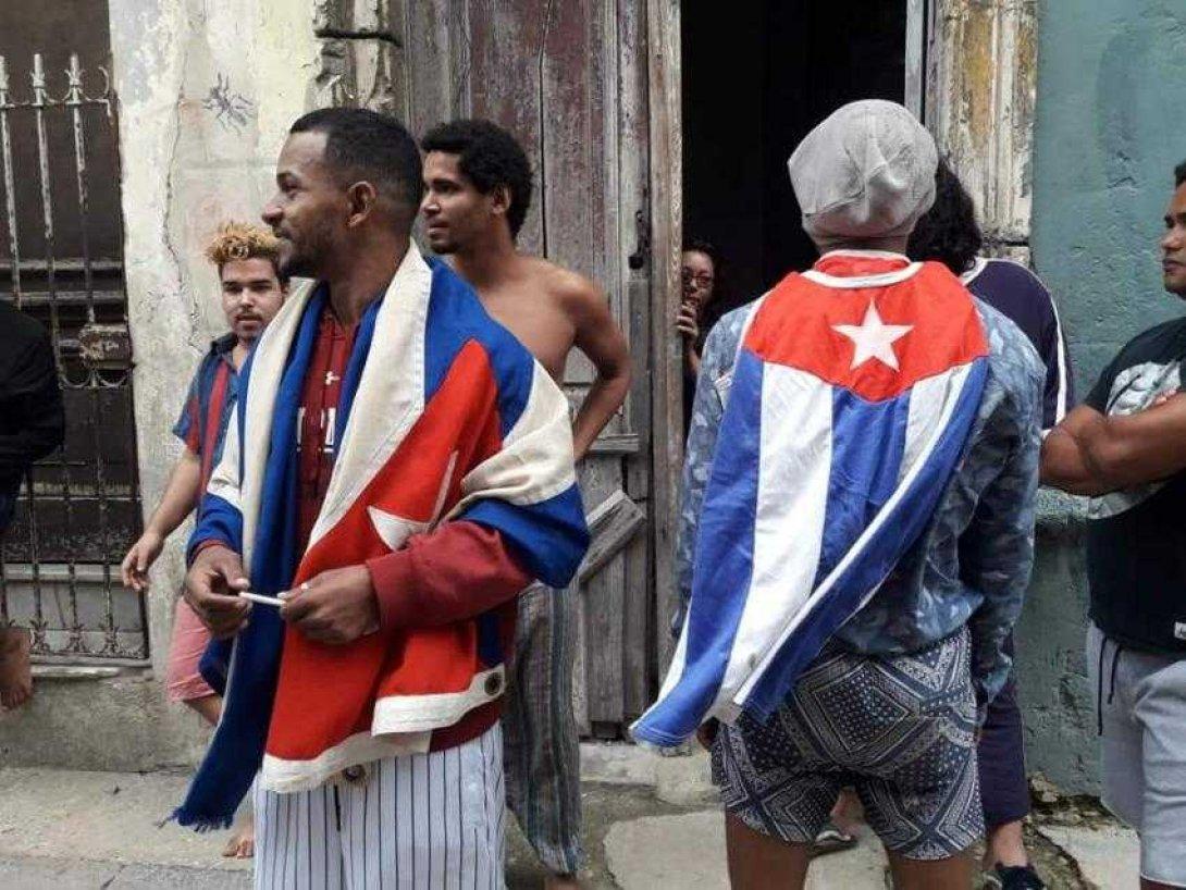 Movimiento San Isidro con banderas cubanas