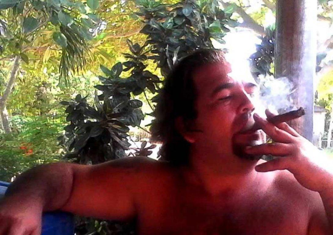 El escritor José Alberto Velázquez fumando
