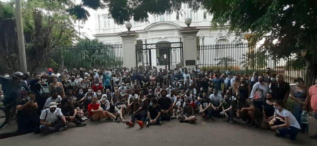 Manifestantes cubanos frente al Mincult