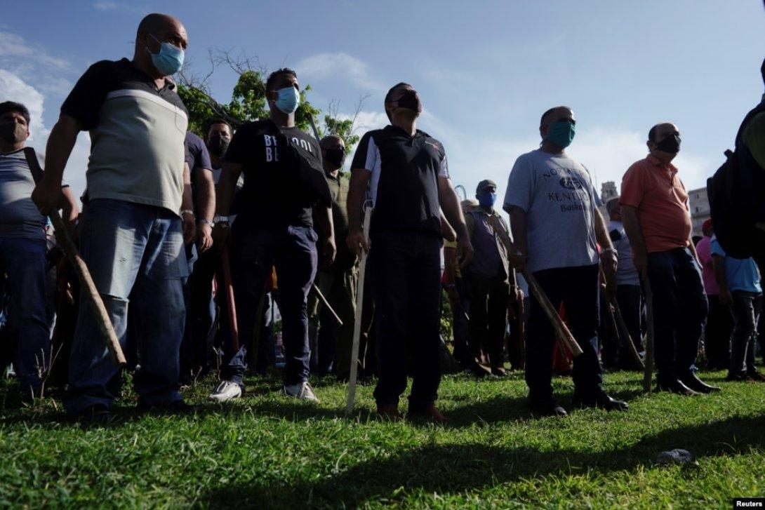Represores, policías vestidos de civil. Protestas en Cuba