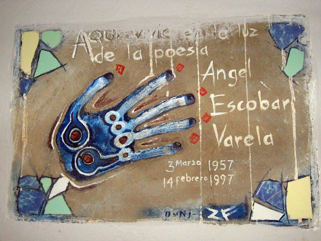 Tarja en casa donde vivió el poeta Ángel Escobar en Alamar