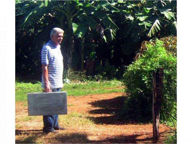 El poeta Roberto Manzano con su maleta. Foto: Francis Sánchez