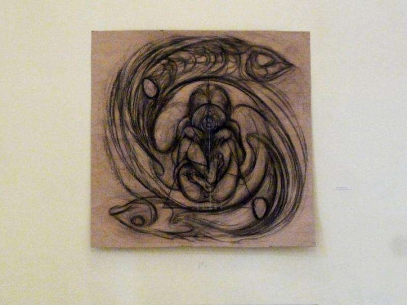 Dibujo a gran escala realizado con carboncillo sobre papel craft, de Jenny Hernández Carbó (1982).