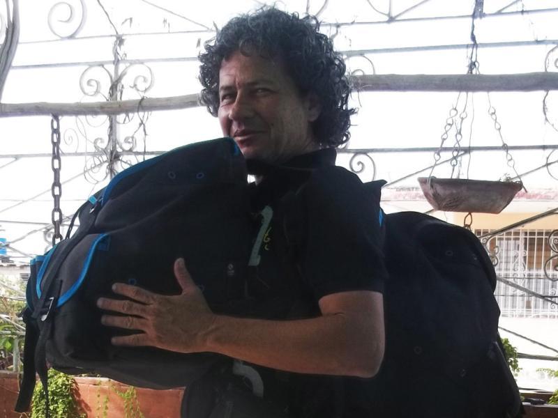 Rafael Vilches con dos mochilas.