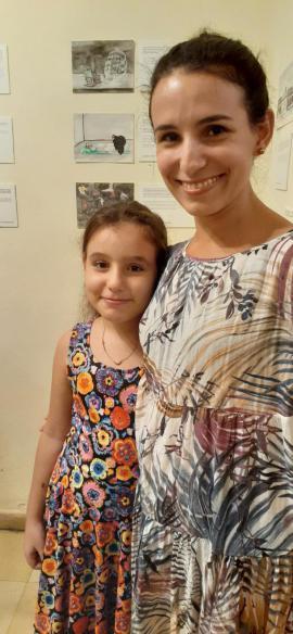 """La curadora Isel Arango y su hija, en la exposición """"Iter Criminis""""."""