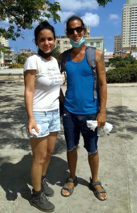 Jóvenes ambientalistas, Alexandra Lleonart y Lázaro Orihuela, en un día de siembra de árboles