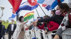 Isabel Díaz Ayuso en camapaña saluda a sus electores, banderas cubanas.
