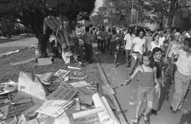 """Niños al final de un """"acto de repudio"""" en los años 80 en Cuba."""